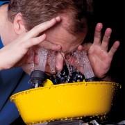 Duchas y lavaojos de emergencia: equipos clave para minimizar el daño causado en accidentes laborales